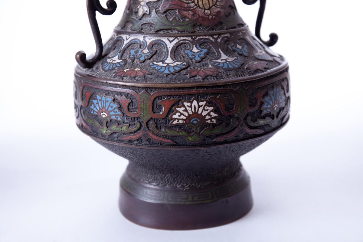 Пара бронзовых ваз с рельефной эмалью и ручками в форме мифических животных, 30 см