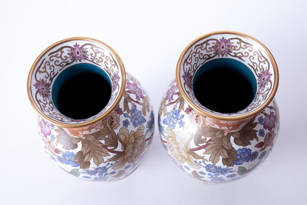 Парные вазы с бабочками и цветочным орнаментом, 31 см