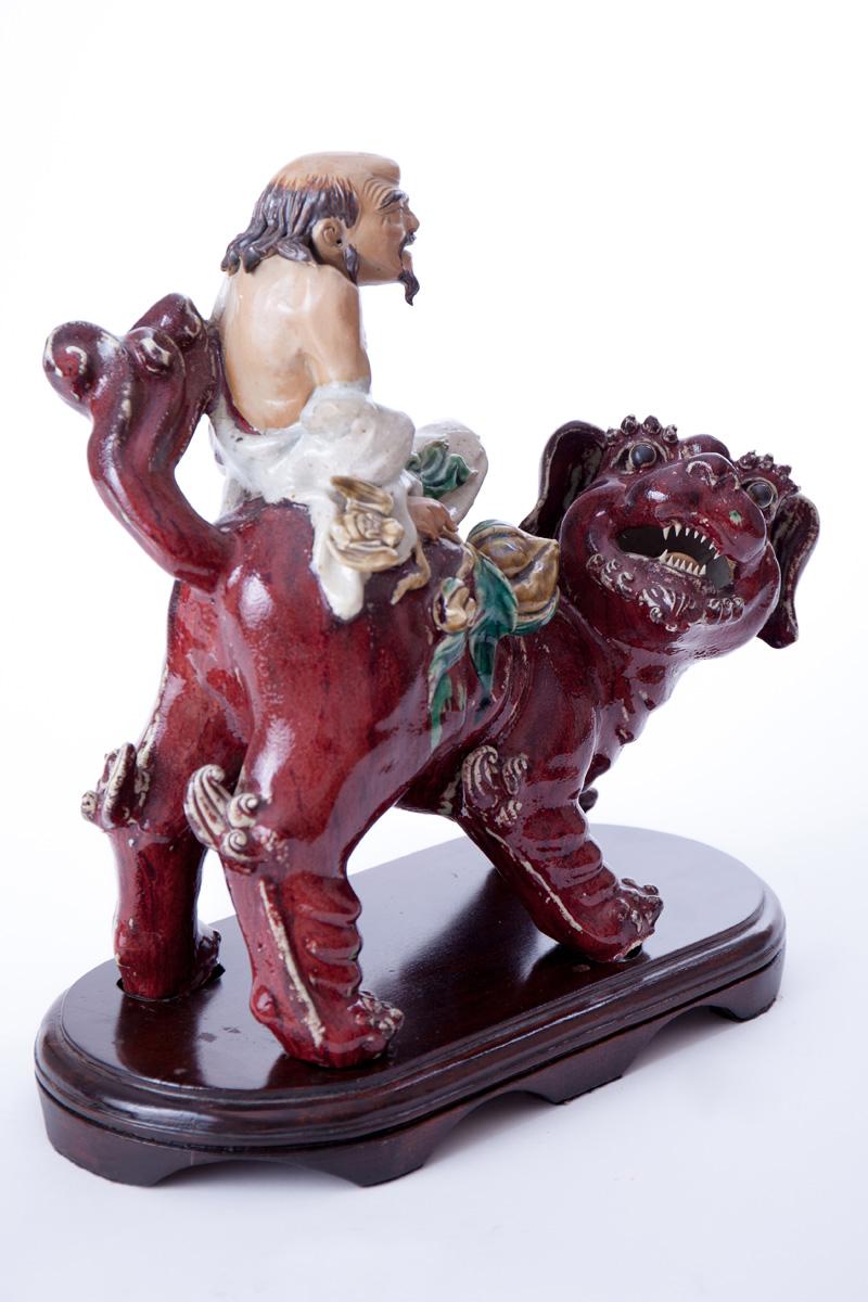 Китайская статуэтка одного из Восьми Бессмертных, верхом на собаке Foo, 37 см