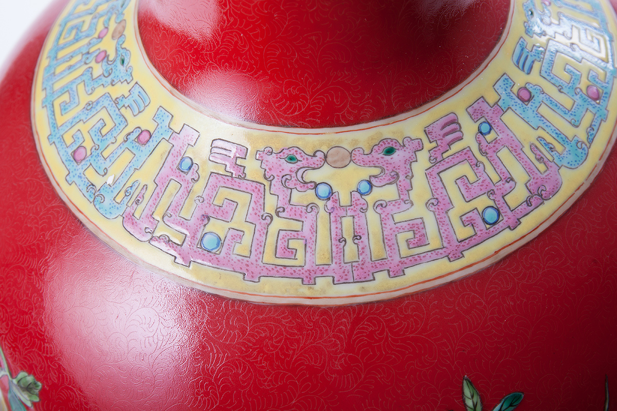 Большая красная ваза с рельефными фигурами, олицетворяющими предметы счастья, 49 см