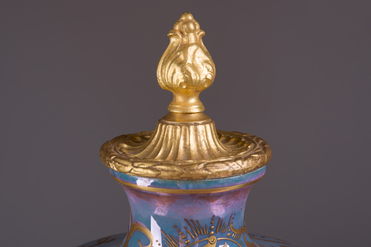 Французская ваза с изображением девушки и амура, 49 см