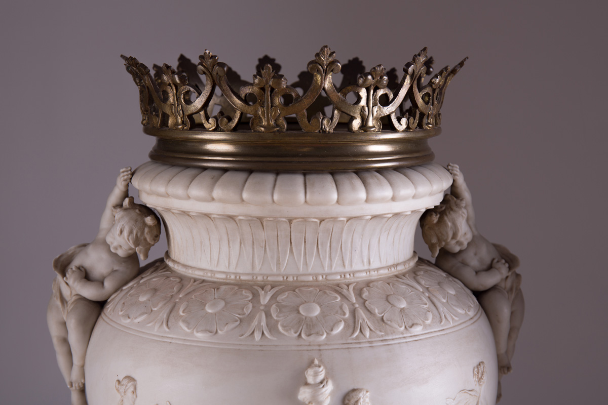 Большие бисквитные вазы с бронзовой оправой в стиле Людовика XVI, 61 см